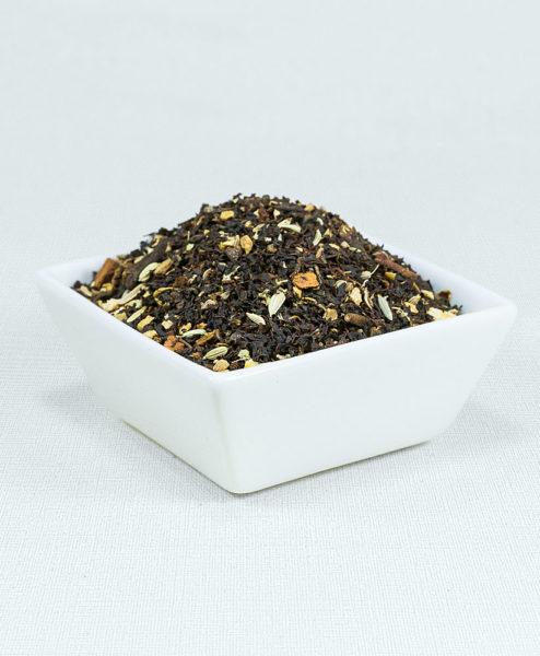 Schwarzer Tee Chai Tee mit Gewürzen in weißer Schale