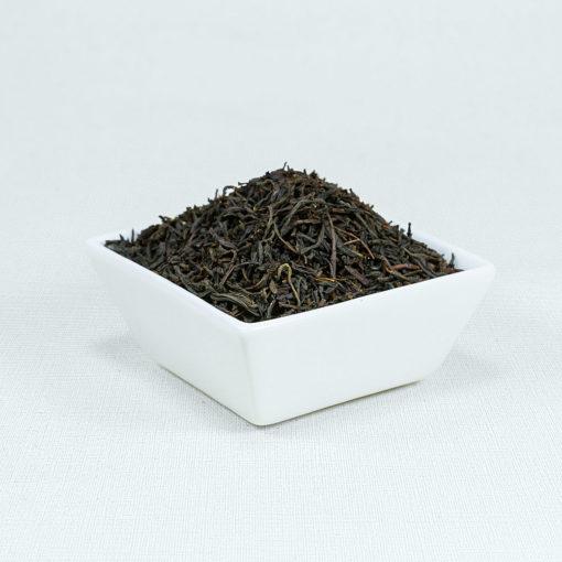 Schwarzer Tee Earl Grey in weißer Schale