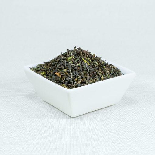 Schwarzer Tee Darjeeling First Flush SFTGFOP1 Sungma Bio in weißer Schale
