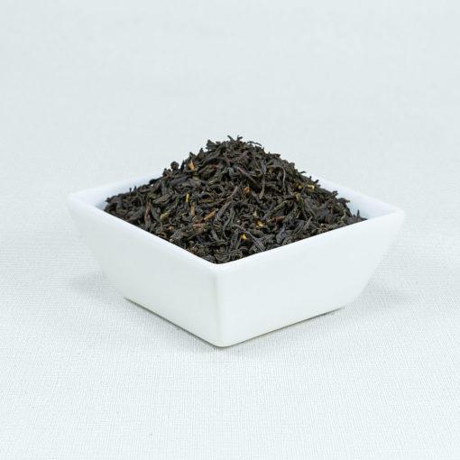 Schwarzer Tee Lapsang Souchong in weißer Schale