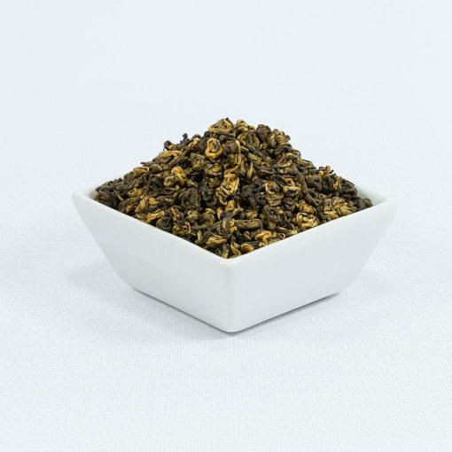 Schwarzer Tee China Golden Snail in weißer Schale