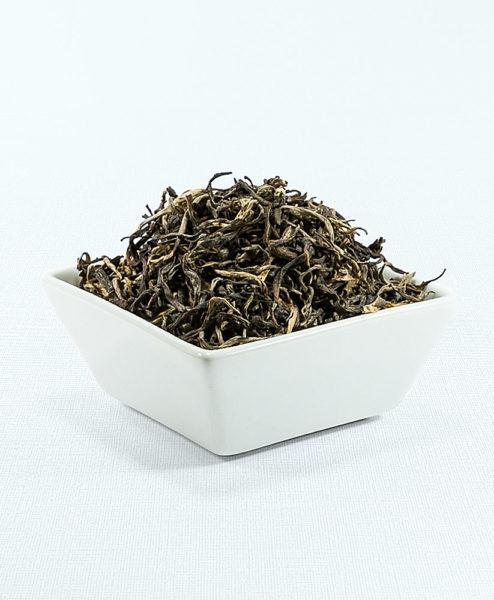 Gelber Tee in weißer Schale