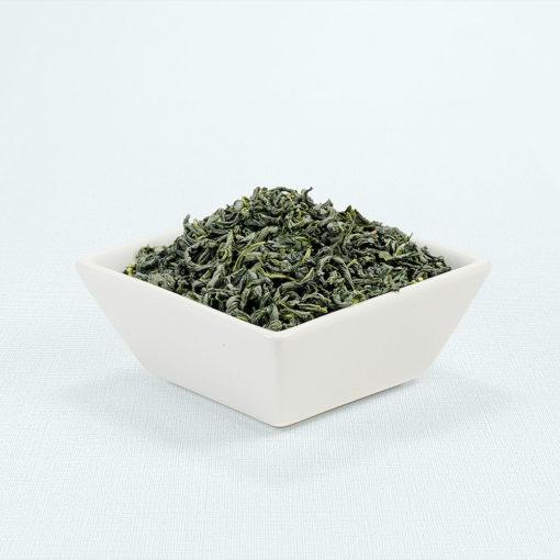 Japanische Grüntee-Blätter in Porzellanschale