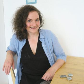 Marie Herrmann mit ihren Lipfein-Döschen.