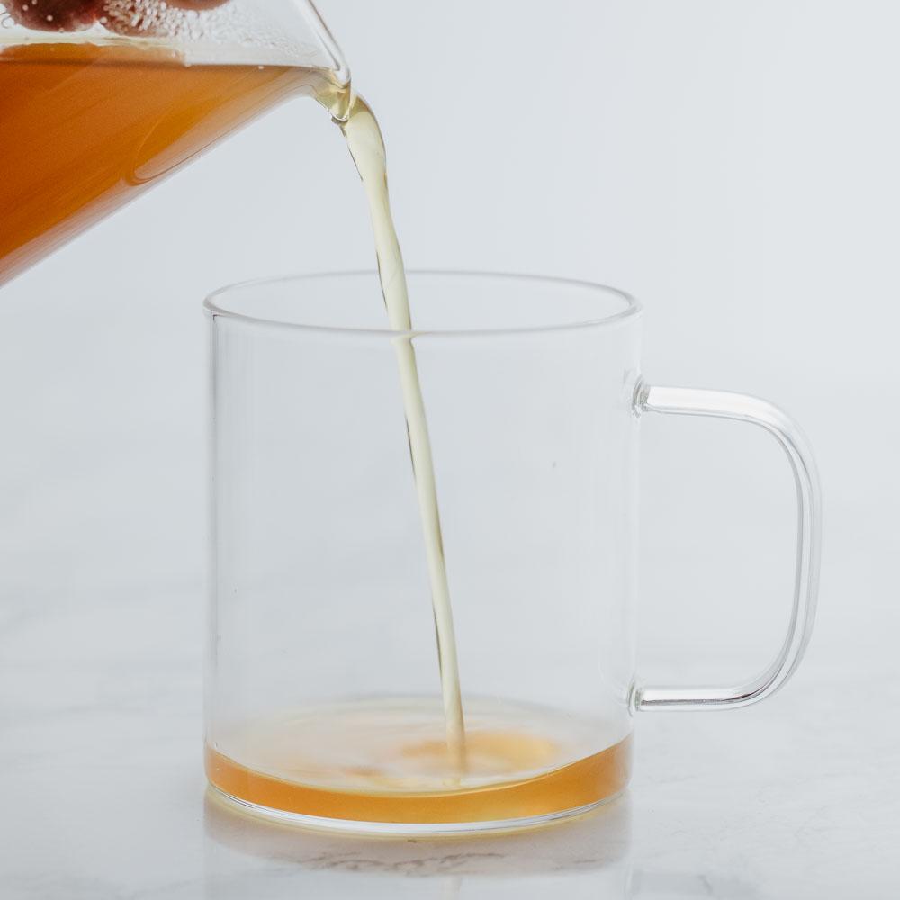 Teesirup in Glastasse gegossen
