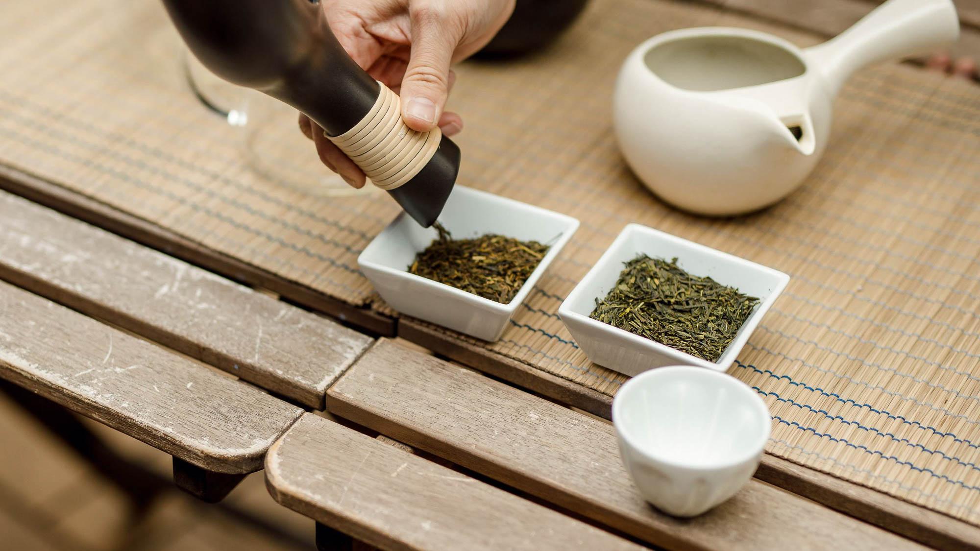 grüner tee und gerösteter Tee in porzellanschalen
