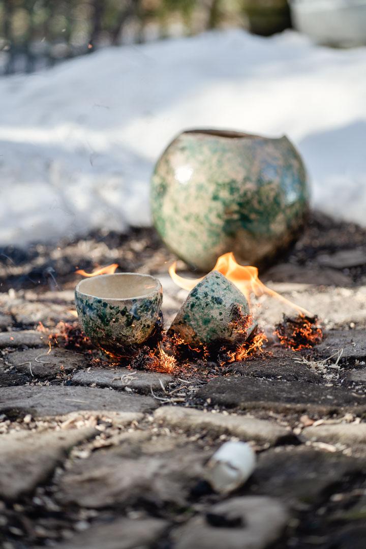 brennende Teeschalen auf Kopfsteinpflaster