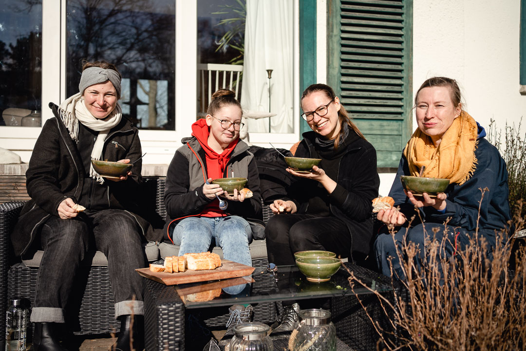 4 Frauen mit Suppenschale in der Hand