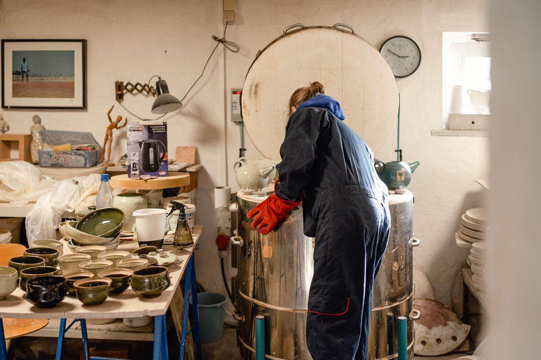 Franziska M. Köllner beim ausräumen des Brennofens