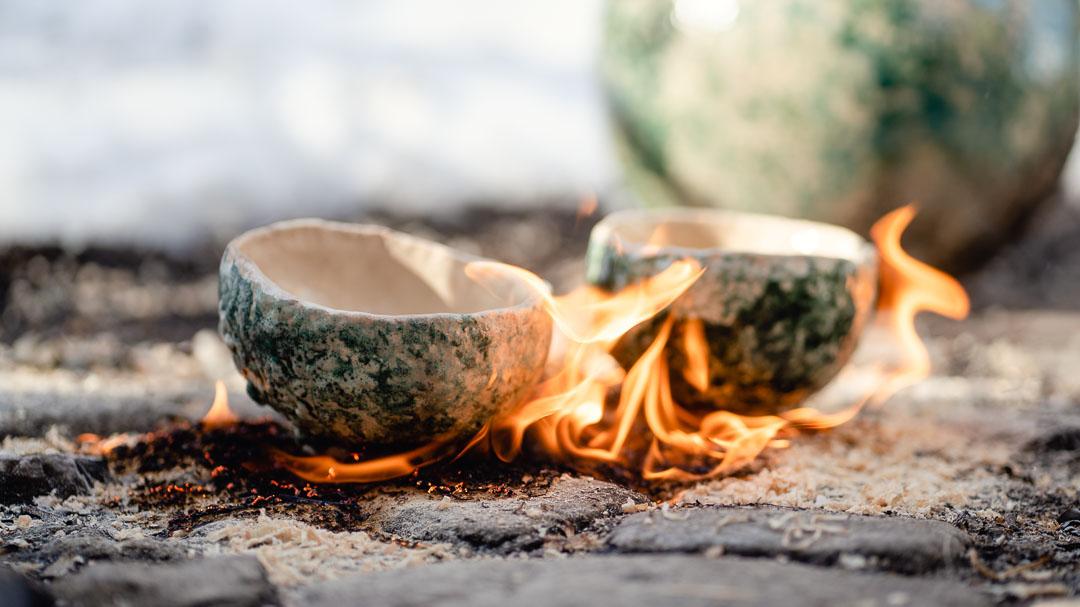 Raku-Keramik brennend auf KOpfsteinpflaster