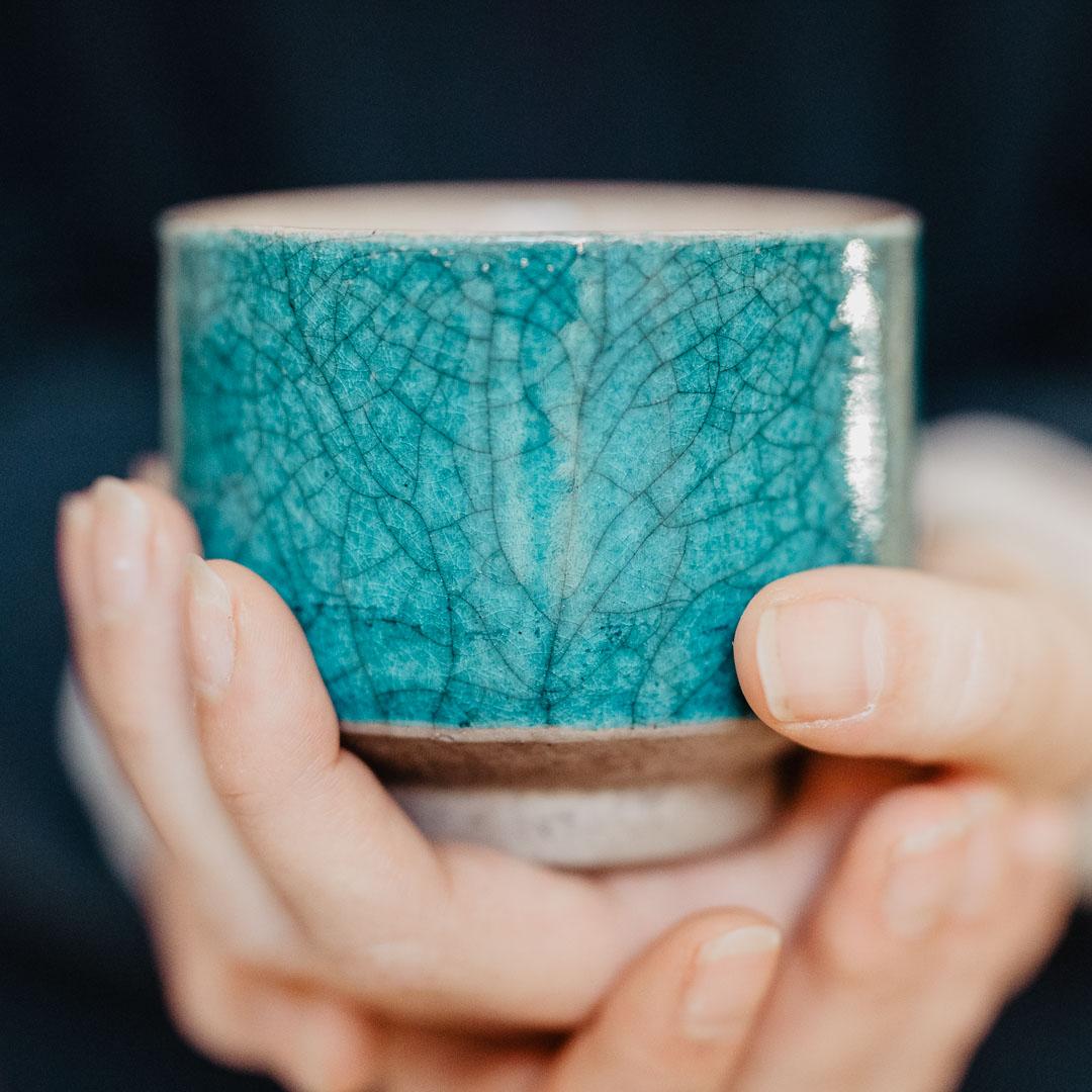 blaue Raku-Keramik in Hand