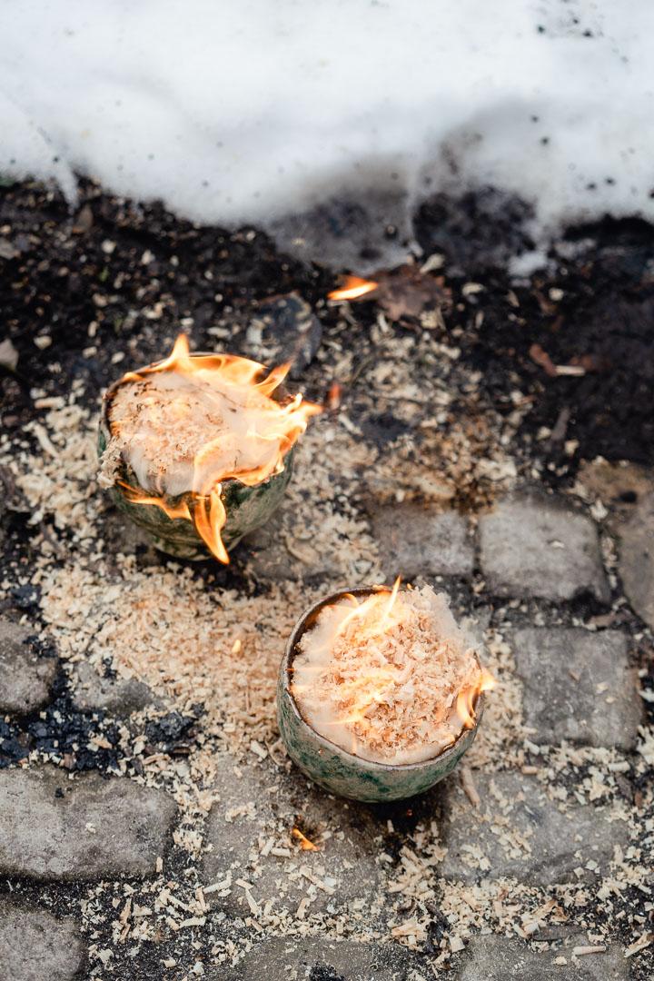 Teeschalen im Feuer mit Sägespänen