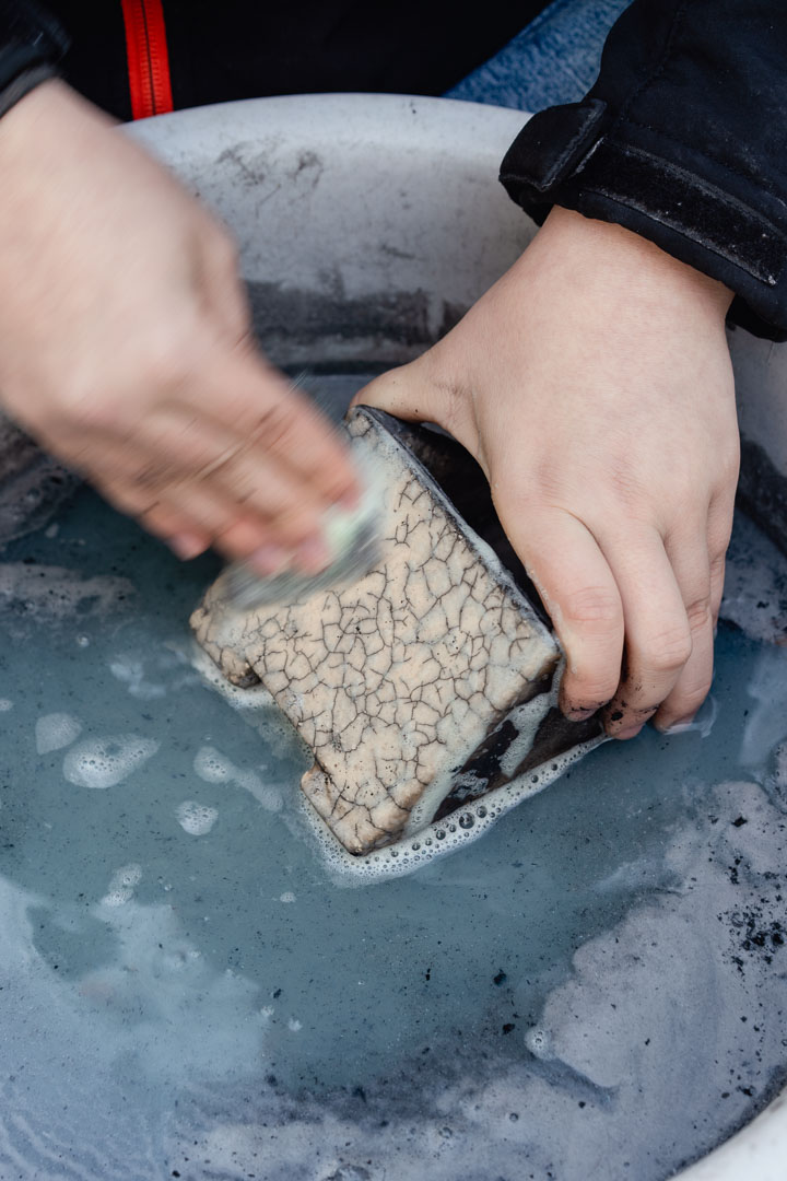 Hände reinigen Keramik mit Raku Krakelee