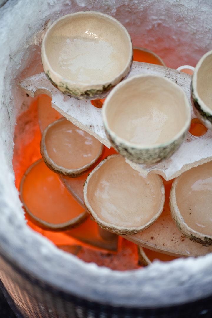 glühende Teeschalen im Ofen