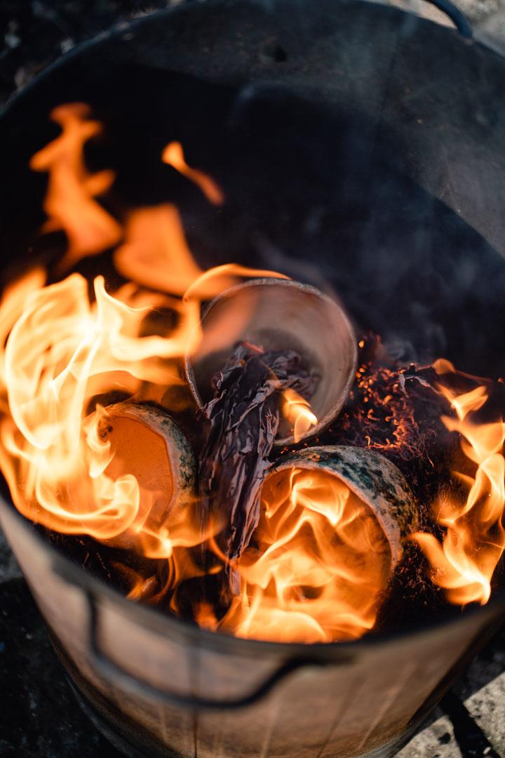 brennende Raku-Keramik in Eimer mit Asche