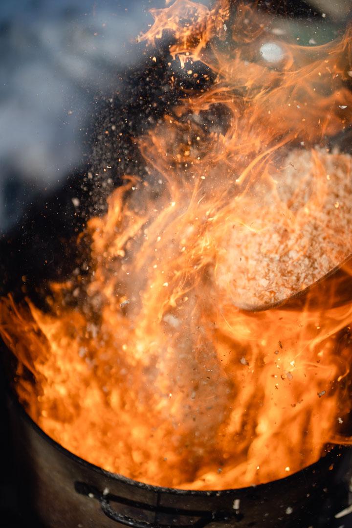 aufloderndes Feuer mit Sägespänen