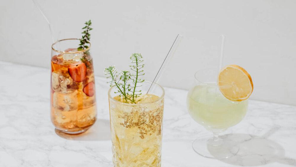 3 verschiedene Cold Brew Tees mit Eiswürfeln im Glas