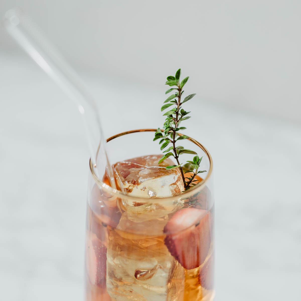 Detail Schwarztee Cold Brew mit Erdbeeren im Glas
