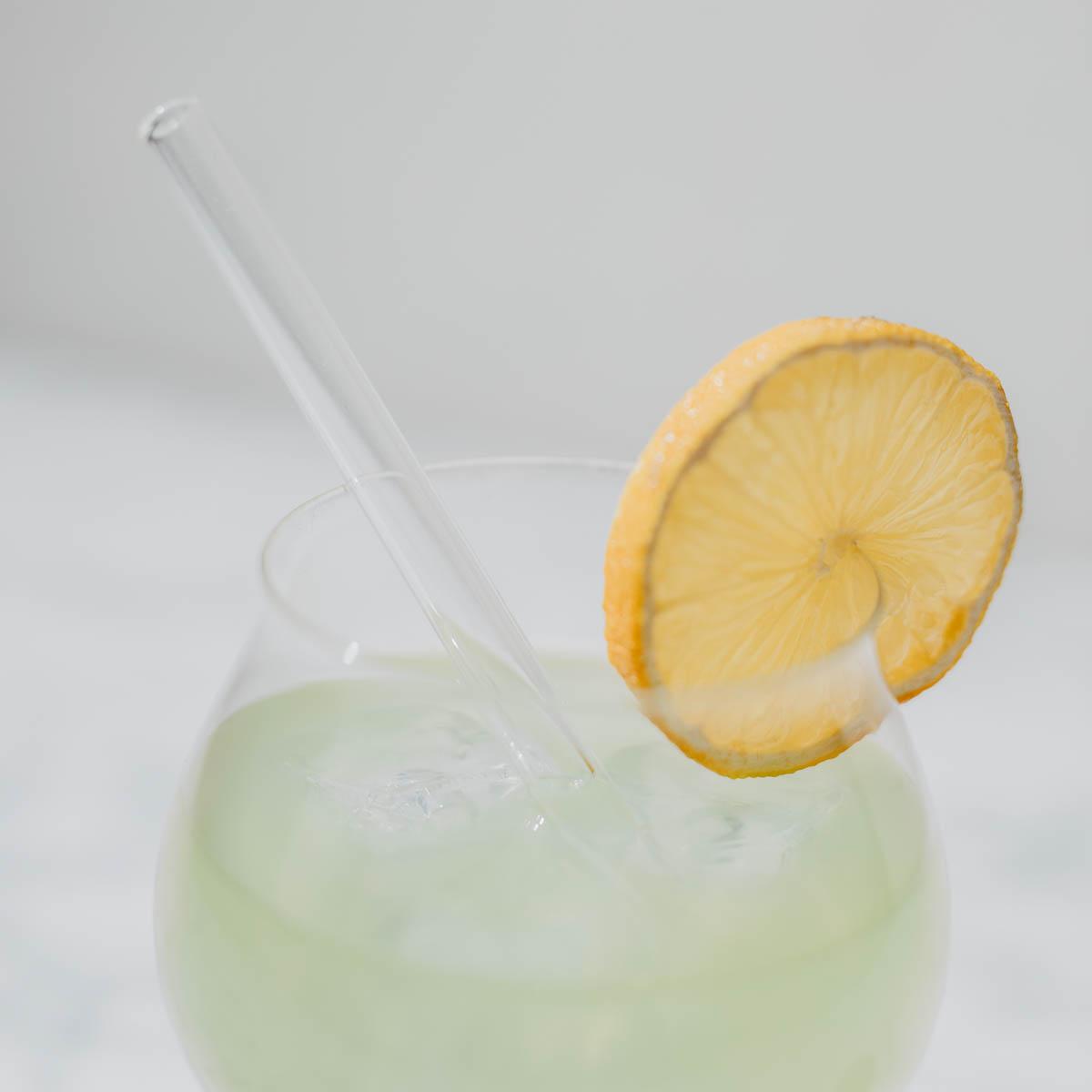 Detail Zitronenscheibe auf Glas mit Grüntee