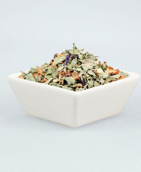 Porzellanschale gefüllt mit Barfuß in der Prießnitz Bio Tee