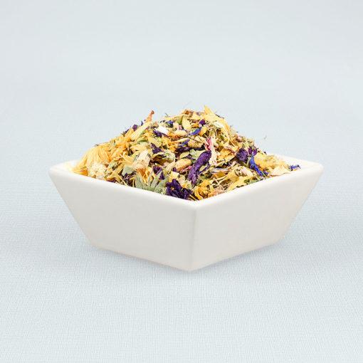 Porzellanschale gefüllt mit Blütenparadies Tee