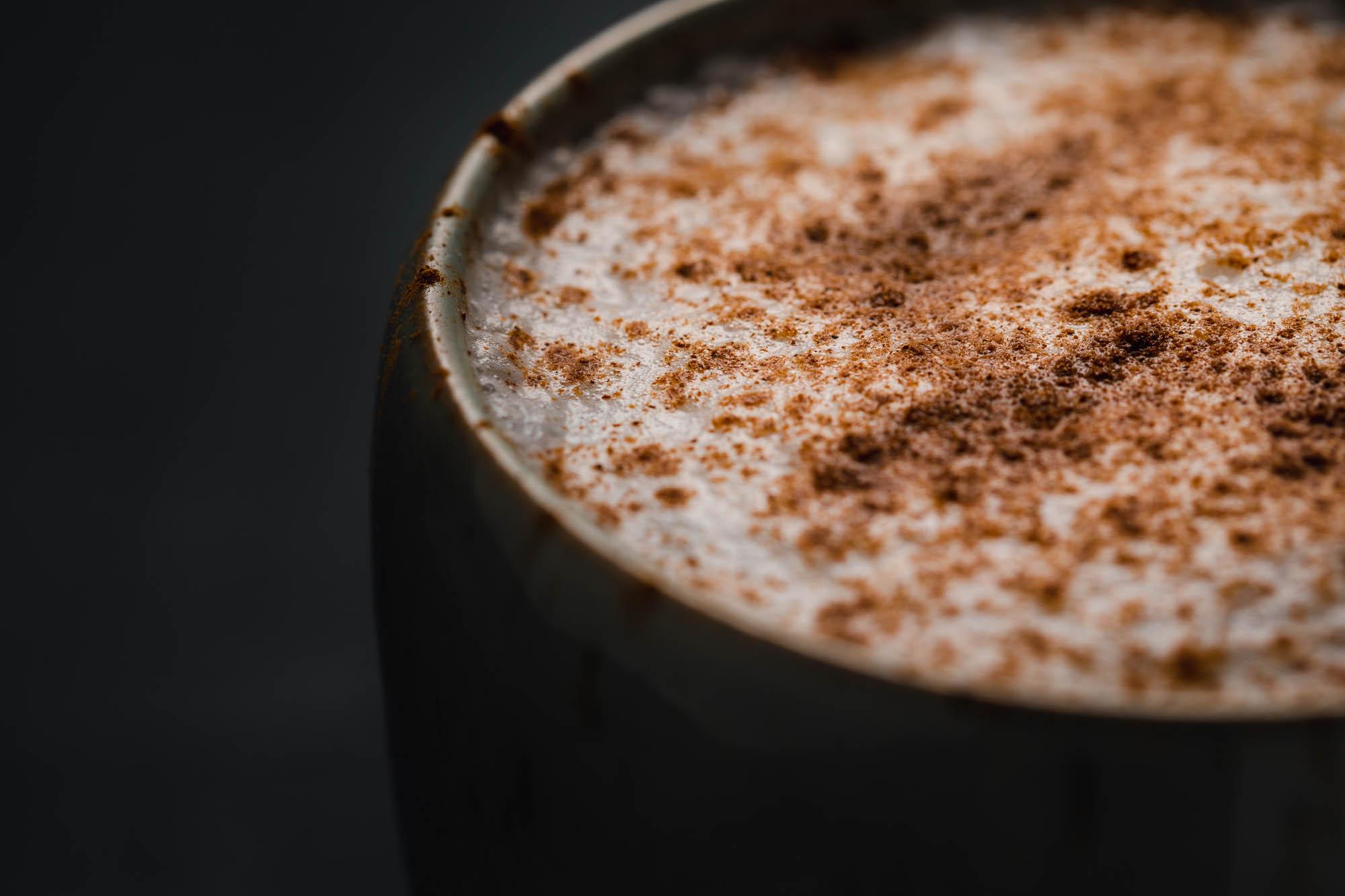Detail aufnahme Zimt auf Chai Latte