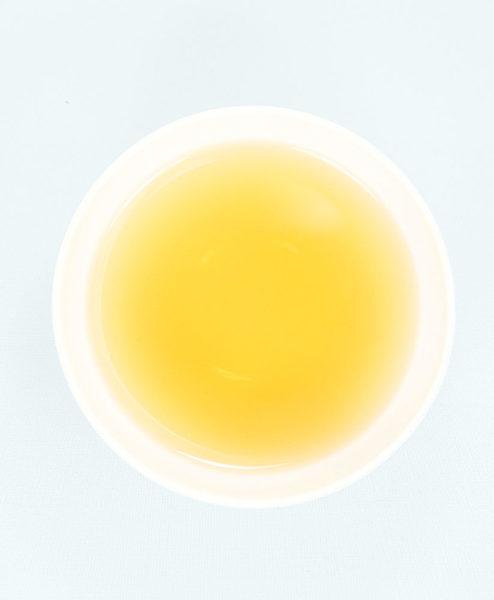 Teeschale gefüllt mit aufgegossenem Mediterrane Brise Tee