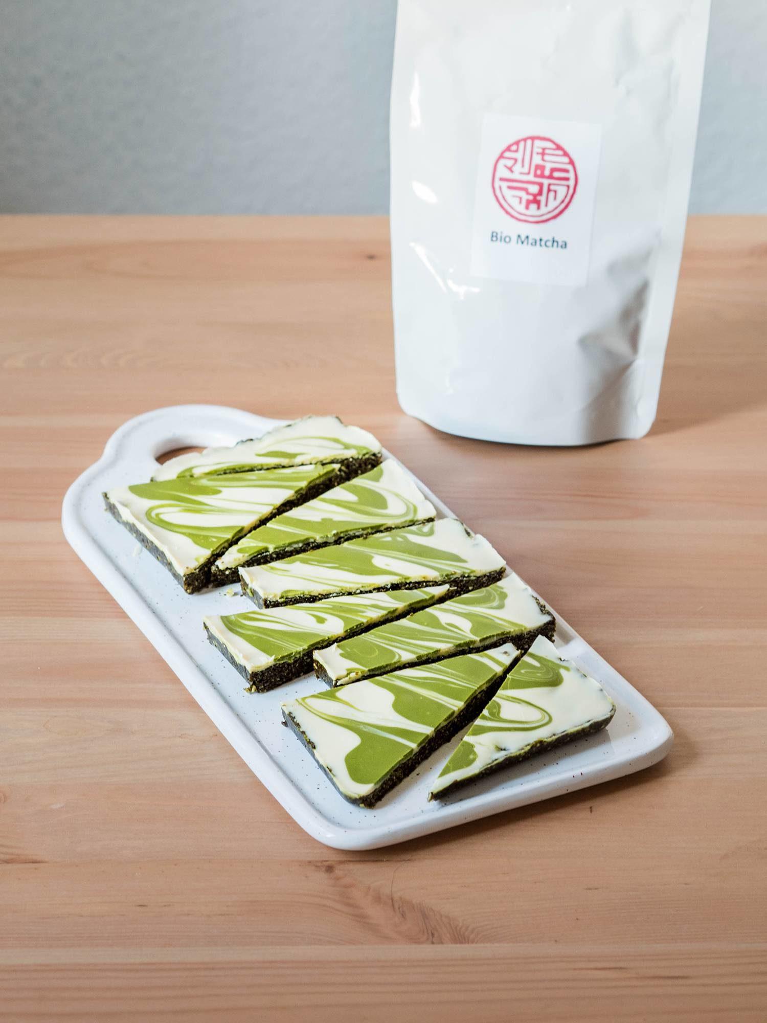 Grünes Bio-Matchapulver in weißer veganer Kuvertüre