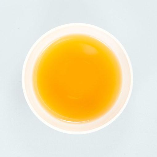Teeschale gefüllt mit aufgegossenem Ruhepause Tee