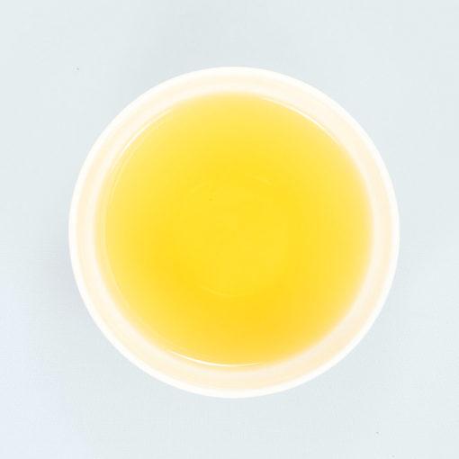 Teeschale gefüllt mit aufgegessenem Sonnengruß Tee
