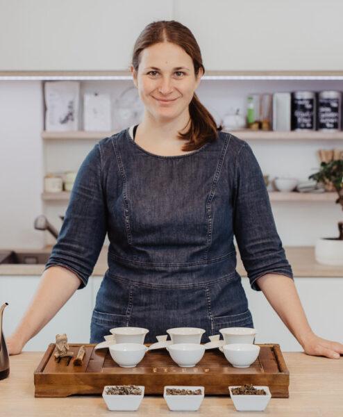 Teeexpertin vor Teeverkostung