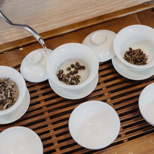 Wasser wird auf Tee gegeben