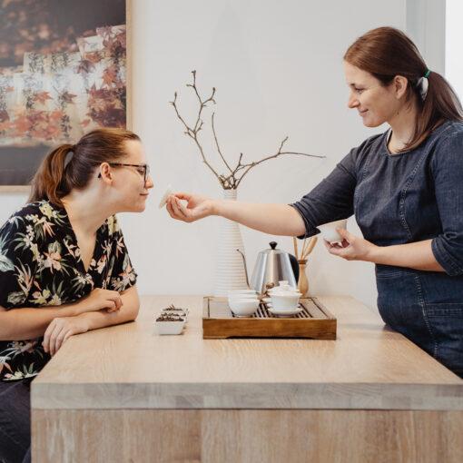 Teeexperte und Teilnehmer bei Tea Tasting