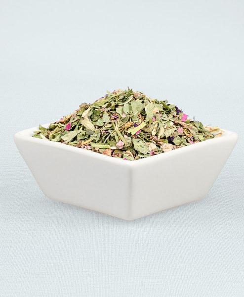 Porzellanschale gefüllt mit Wiesenkönigin Tee